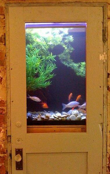 Красивая иллюзия аквариума в двери
