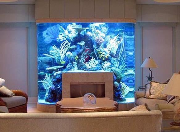 За аквариумом можно спрятать целый камин