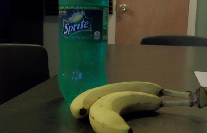 Банан и напиток «Спрайт»