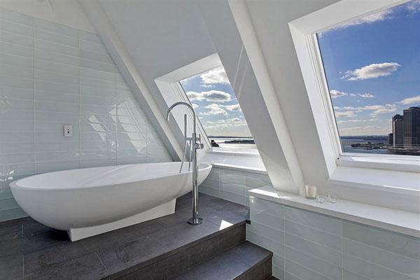Ванная комната с видом на Манхэттенский мост