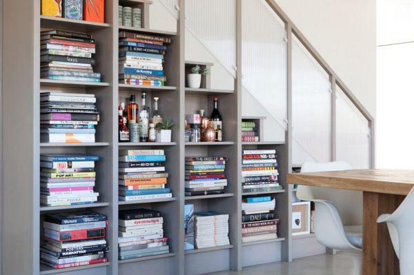 Коллекция книг под лестницей