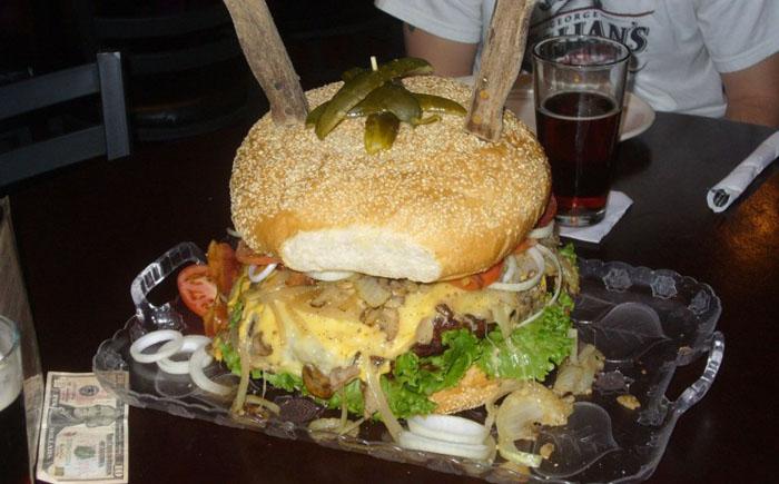 Кафе Mallie's Sports Bar & Grill, Мичиган: огромный гамбургер