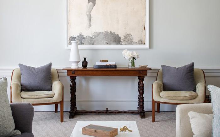 Приставной столик и два кресла