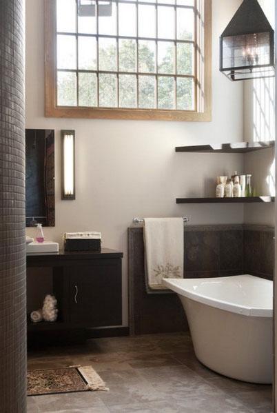 Угловые полки в интерьере ванной комнаты