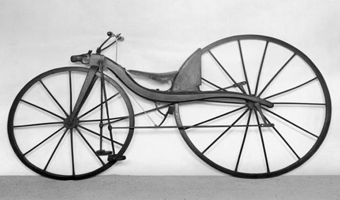 Велосипед с огромным задним колесом