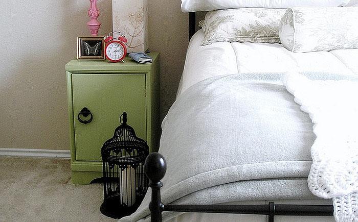 Птичья клетка со свечой у кровати