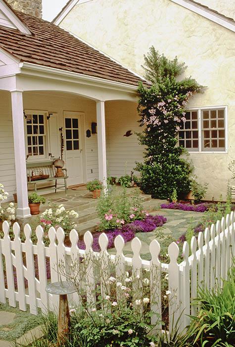 Территория вокруг дома тоже должна быть красивой