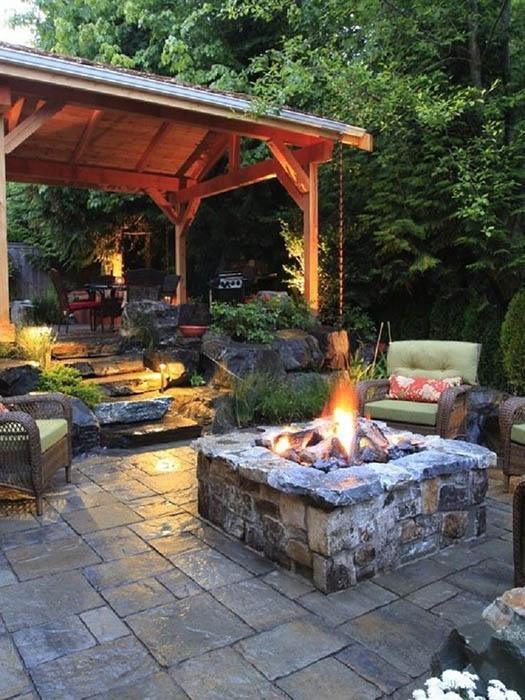 Красиво оборудованное место отдыха в саду