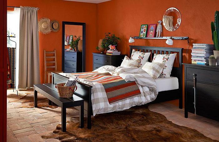 Тёмная мебель в оранжевой спальне
