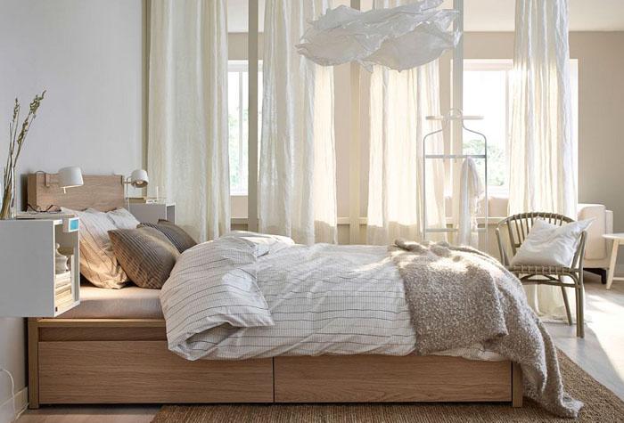 Оригинальная спальня с настенными прокроватными тумбочками