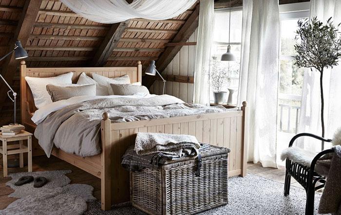 Красивая спальня с элементами рустикального стиля