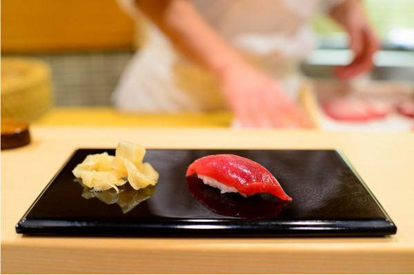 Обед в ресторане Sukiyabashi Jiro, Токио, Япония.