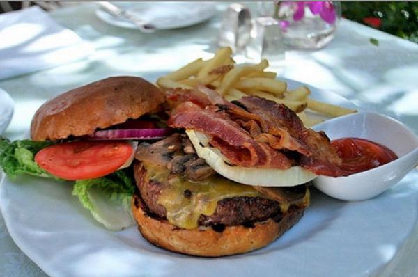 Обед  в Polo Lounge, Беверли Хиллз, штат Калифорния.