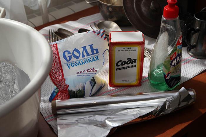Алюминевая фольга, пищевая сода и соль