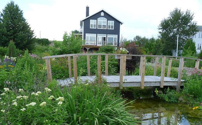Сад с мостиком в рустикальном стиле