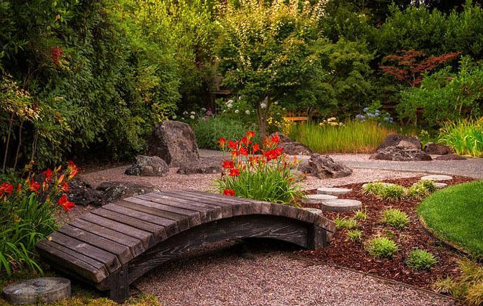 Небольшой мостик в японском саду