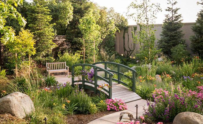 Сад с мостиком в французском стиле