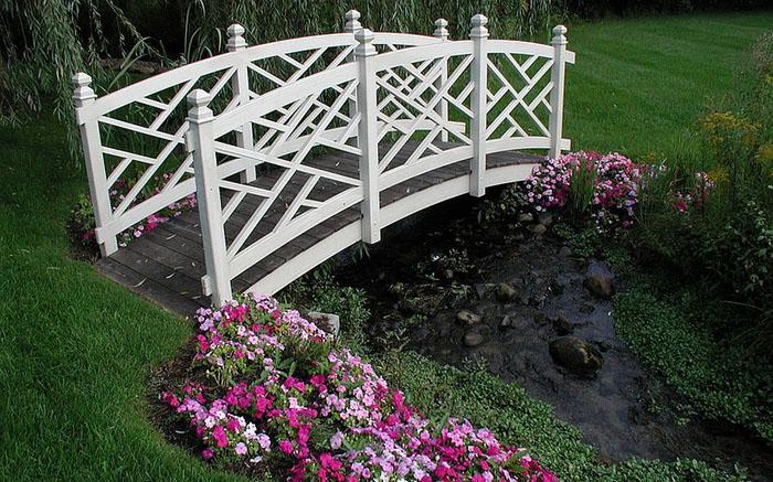 Белый мост через ручей от Specialty Gardens