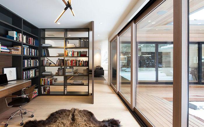 Открытый книжный стеллаж как разделитель между зонами