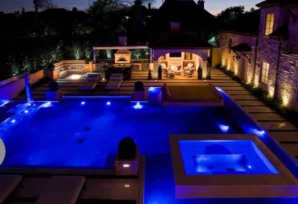 Освещение у бассейна от Harold Leidner Landscape Architects