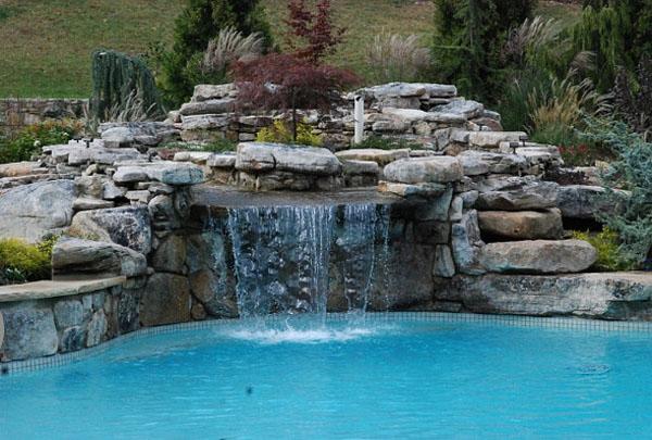 Бассейн с водопадом от Land & Water Design