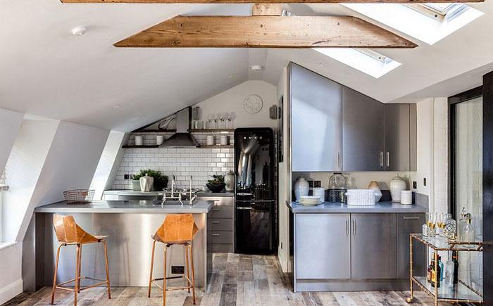 Кухня в индустриальном стиле на чердаке