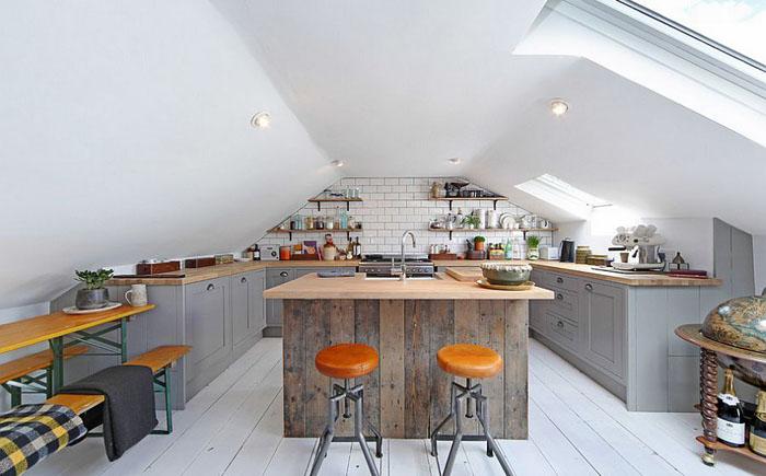 Кухня на чердаке с потолочным окном
