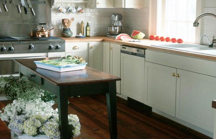 Кухонный остров в деревенском стиле