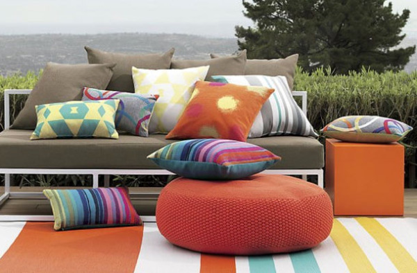 Много ярких подушек для комфортного отдыха