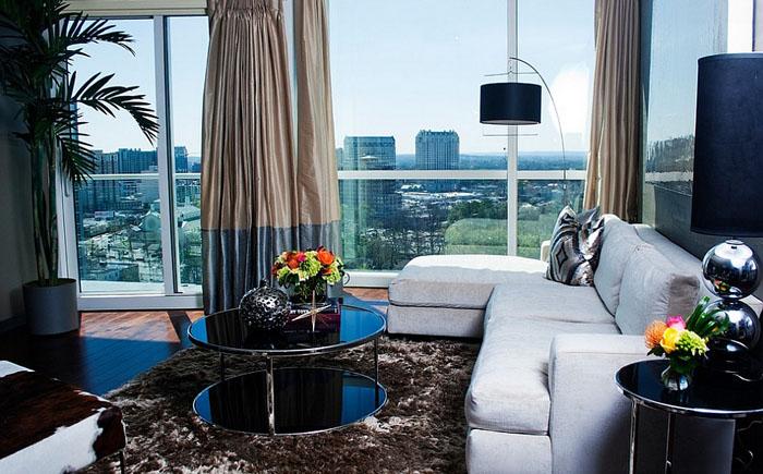 Стильная гостиная с оригинальным кофейным столиком