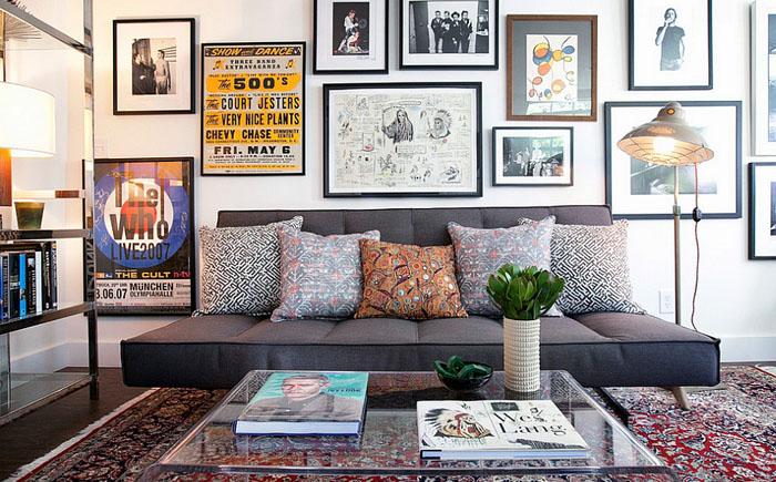 Акриловый стол, персидский ковёр и мягкий диван - гостиная от Lindsay Pennington