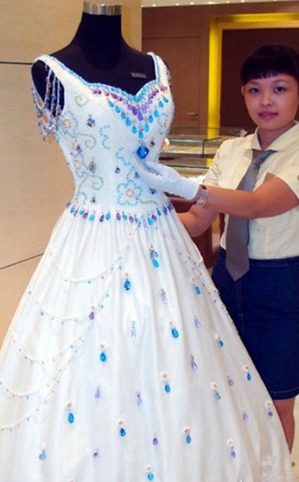 Свадебное платье, инкрустированное драгоценными камнями