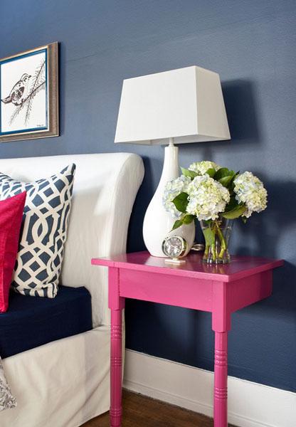 Розовая пристенная тумбочка