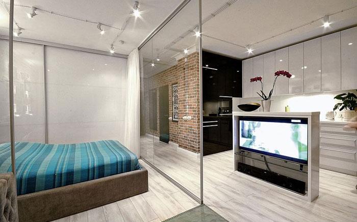 Телевизор можно смотреть из спальни и гостиной