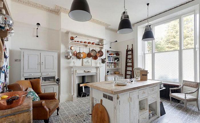 Интерьер кухни с оригинальными светильниками