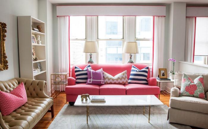 Неожиданное решение: розовый диван в гостиной