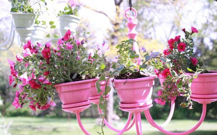 Разноцветные цветочные вазоны из люстр