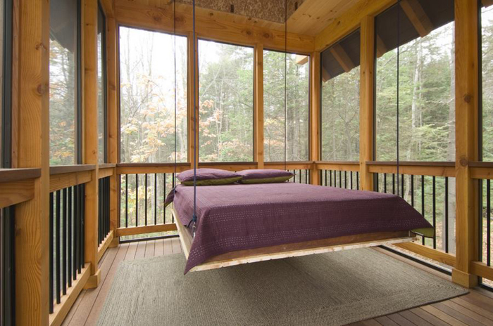 Подвесная кровать на крыльце