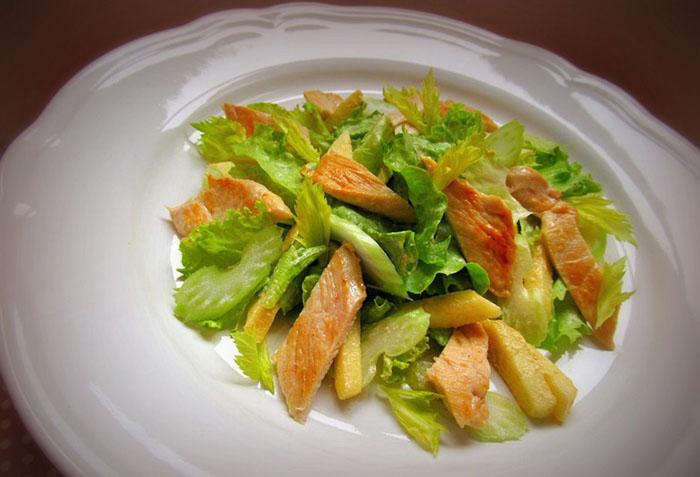 Салат из отварного куриного филе, яблока и сельдерея