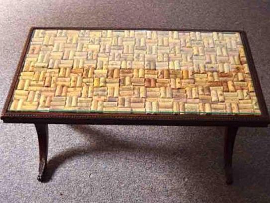 Красивый модный стол со столешницей из пробок