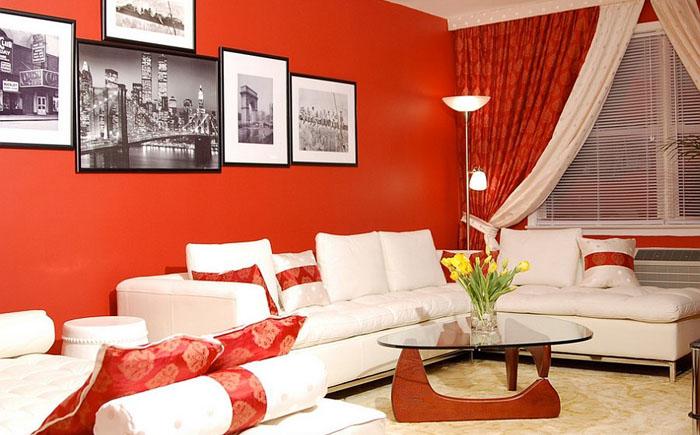Небольшая гостиная в красных тонах