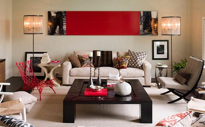 Современная гостиная с красными акцентами от Thom Filicia