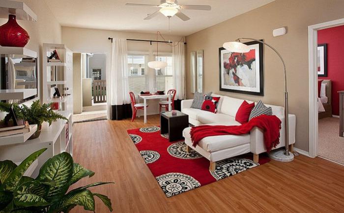Гостиная с красными акцентами от Borden Interiors & Associates
