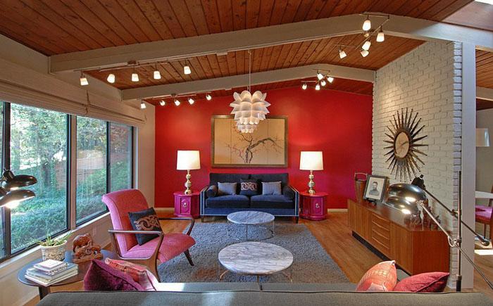 Красный и ярко розовый в интерьере гостиной от Brian Patterson Designs