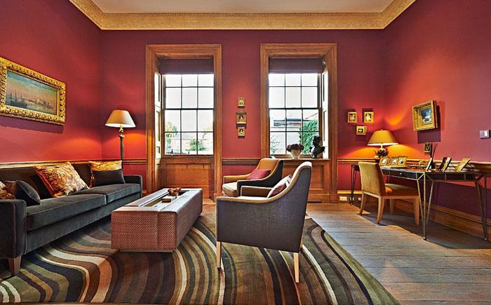 Золотые акценты в красной гостиной