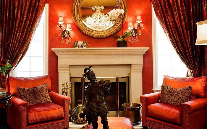 Роскошь красного в гостиной от  Tracy Murdock Allied
