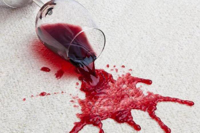 Домашняя химчистка: как вывести пятна от красного вина с любой ткани