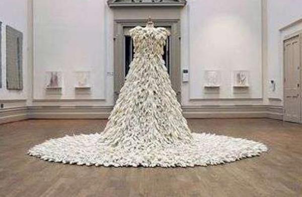 Свадебное платье из 1400 резиновых перчаток