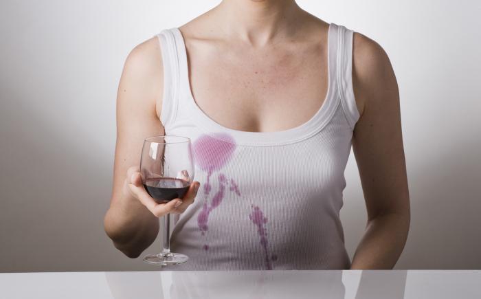Как удалить пятна от красного вина на белой одежде