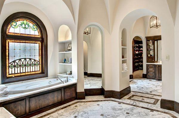 Витражное окно в роскошной мраморной ванной